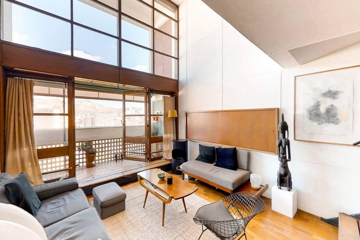 Apartamento dulpex blanco y madera