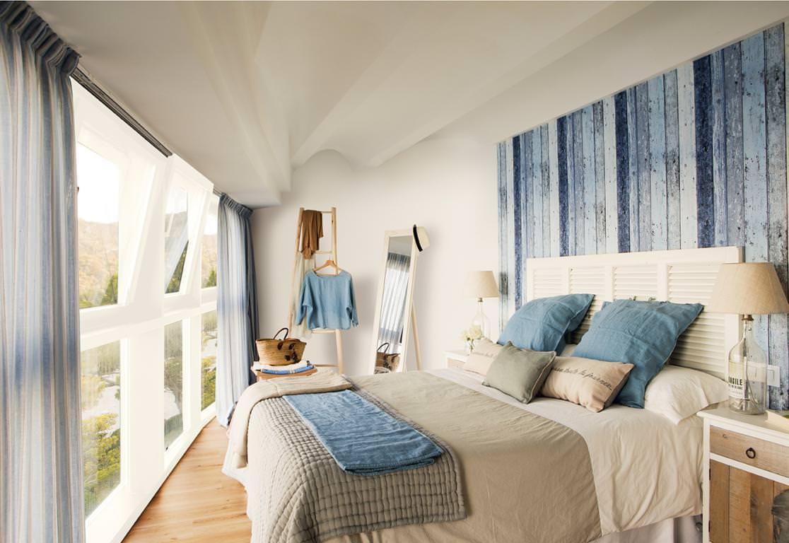 Dormitorio de tonos blancos, arena y azules